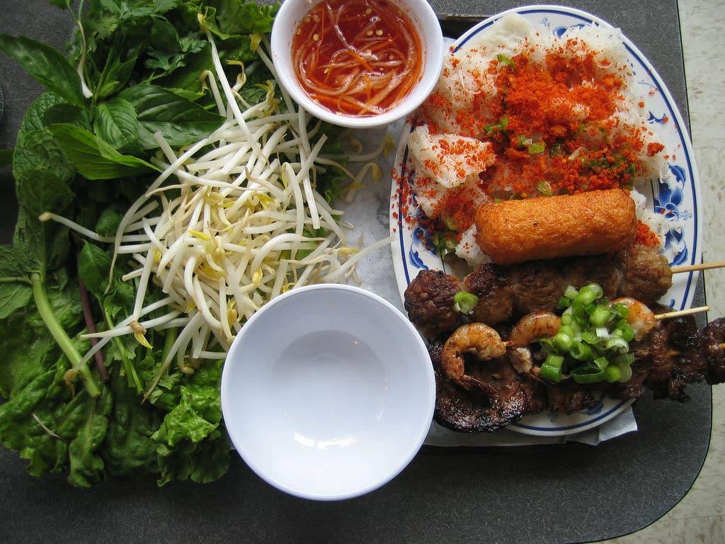 Vietnamese gerechten komen met een keur aan verse kruiden