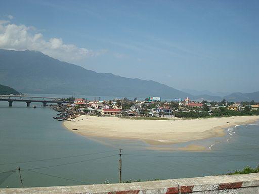 Het begin van het stadje Lang Co net na de hai van pass