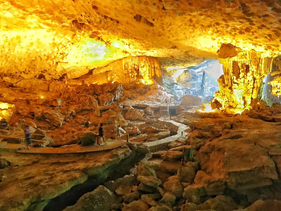 De grotten in de Halong Baai
