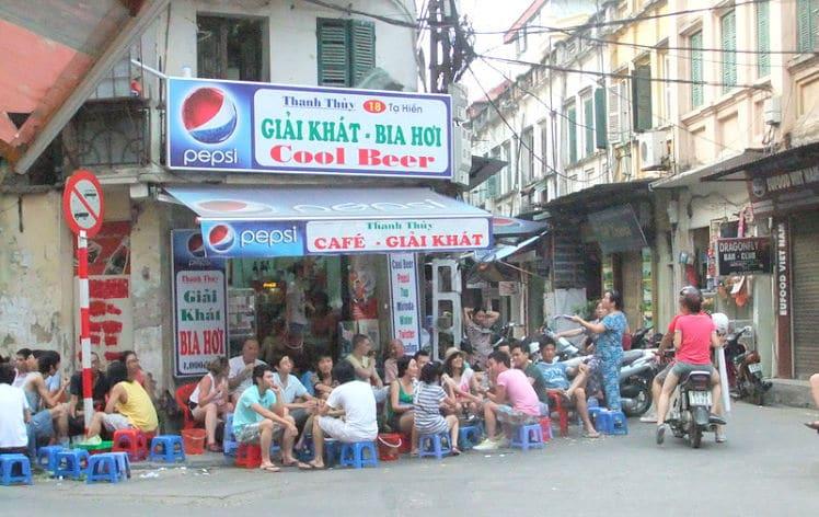 Een Bia Hoi cafe in Hanoi