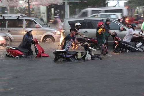 overstroming tijdens het regenseizoen vietnam