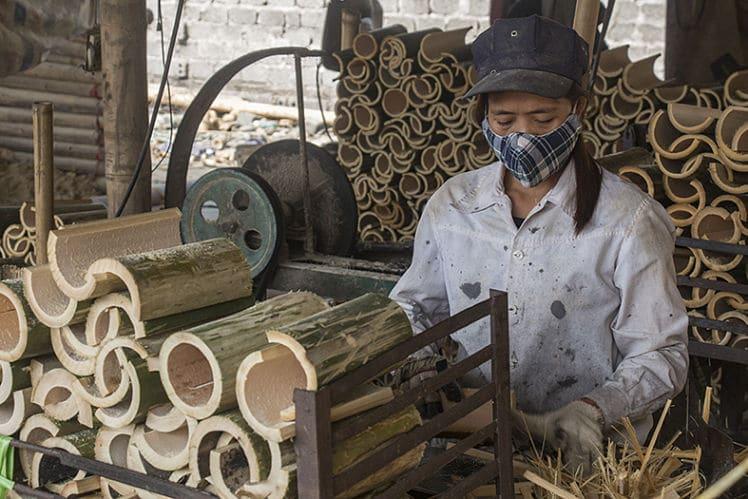een bamboefabriek op de weg naar het park
