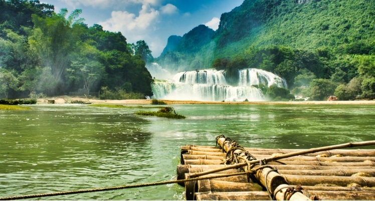 varen op een bamboevlot naar de ban gioc waterval